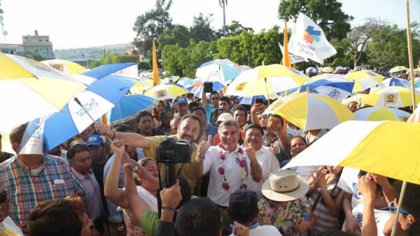 La dirigencia estatal del PRD señaló que durante un evento en Izúcar de Matamoros, se usó el logo del partido en sombrillas.