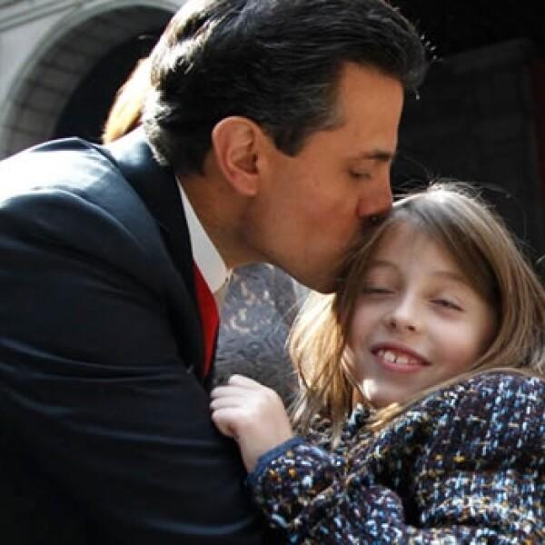Enrique Peña Nieto besa a sus hijas