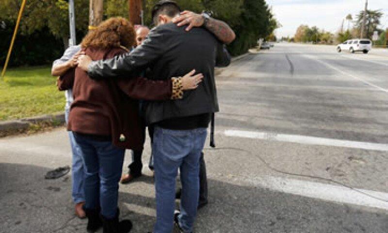 Residentes de San Bernardino, California, oran por las víctimas del tiroteo mortal en un centro de salud ocurrido el miércoles (Foto: Getty Images/Archivo )