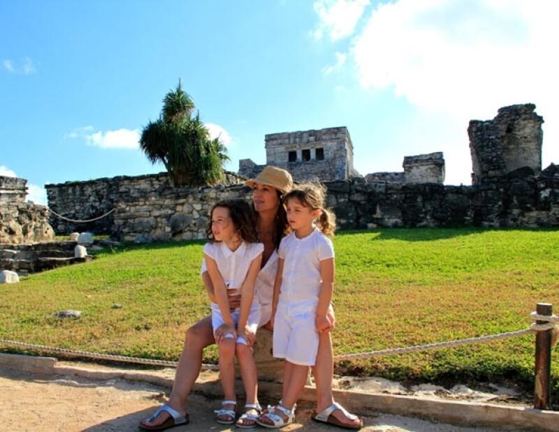 Andrea Legarreta con sus bellas hijas Mía y Nina en Tulúm, Quintana Roo.