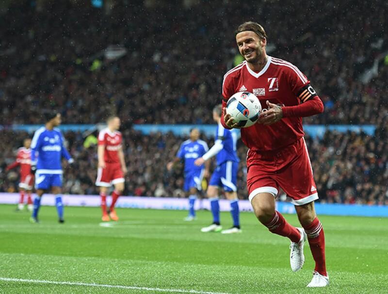 David Beckham lució verdaderamente feliz de participar en el partido, que se llevó a cabo en el estadio Old Strafford, donde él jugaba para el Manchester United.