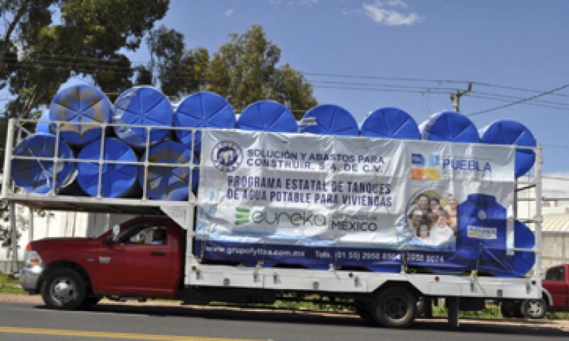 Los tinacos son almacenados en una bodega ubicada en la carretera Puebla-Atlixco. (Foto: Elvia Cruz)