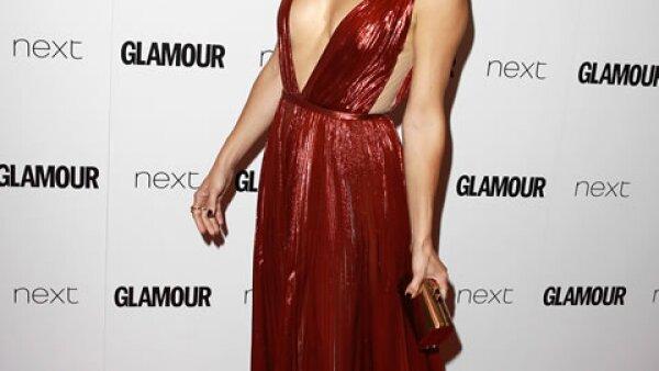 Kate Hudson mostró sus atributos con un vestido J. Mendel con escote en V, mismo que causó revuelo cuando la actriz llegó a la red carpet.