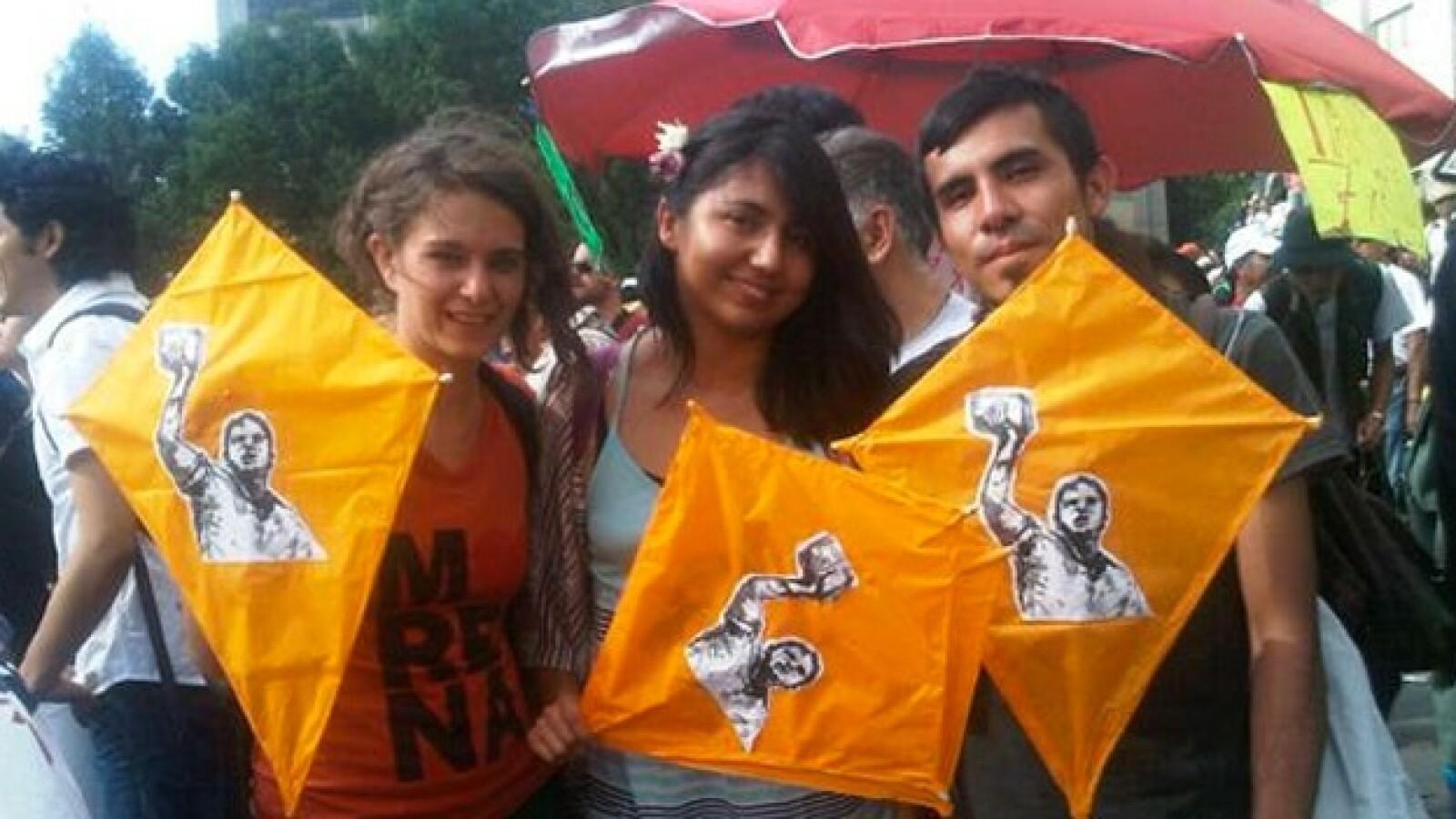 Estudiantes de la escuela de artes hacen papalotes en apoyo al candidato López Obrador