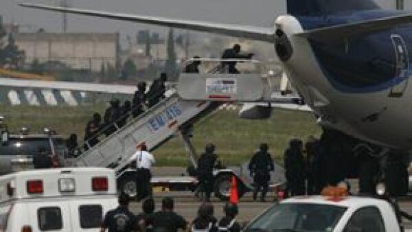 El secretario de Comunicaciones y Transportes, Juan Molinar Horcaditas, aseguró que la situación en el aeropuerto ya está controlada y se encuentran investigando.