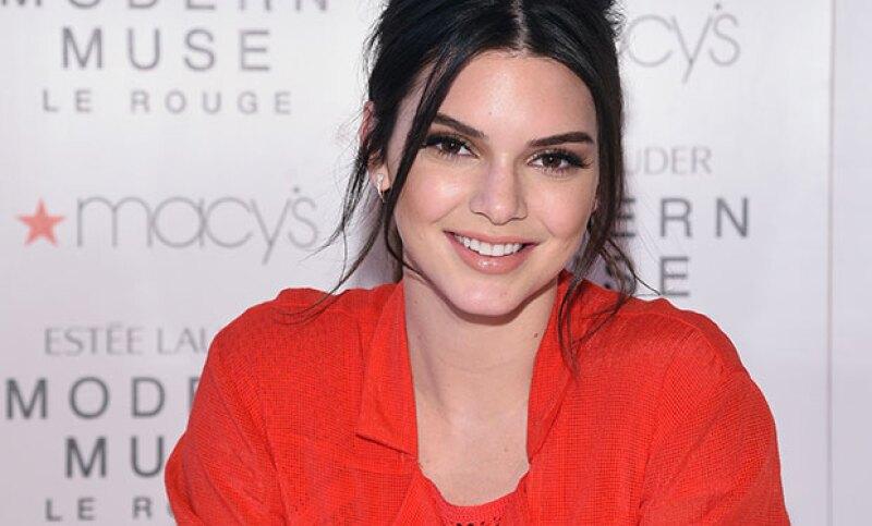 La modelo tuvo que esconderse en el baño de su casa para poder besar al niño que le gustaba sin que la viera su hermana Kylie.