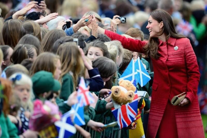 Desde su llegada, la duquesa se mostró muy risueña con los niños. Es su primera aparición pública desde que fue revelada la penosa fotografía que un diario alemán reveló.