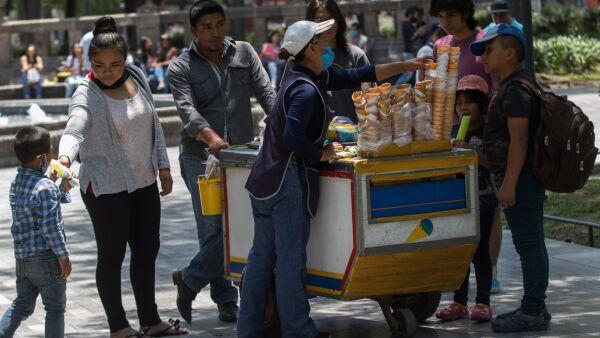 Familias compran chicharrones y helados en la Alameda en el último fin de semana antes de que inicien las clases virtuales el día de mañana.