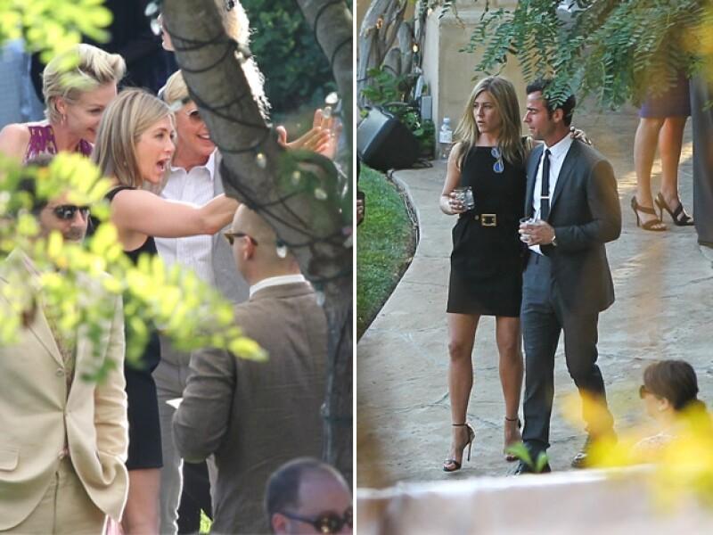 Jennifer Aniston fue vista llegando de la mano de su prometido Justin Theroux y conversando divertida con Ellen De Generes y Portia Di Rossi.