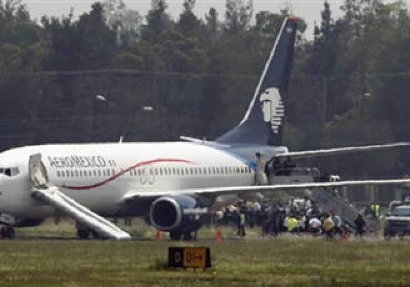 Los pasajeros descienden del aeronave secuestrada. (Foto: Reuters)
