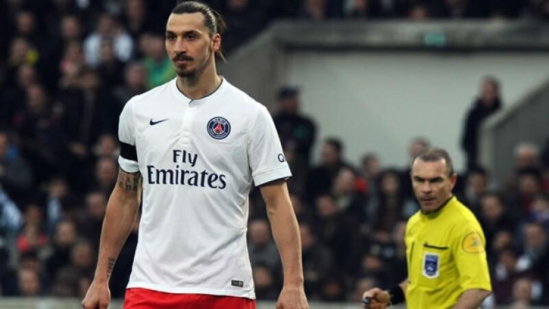 El delantero sueco Zlatan Ibrahimovic (izquierda) durante el encuentro con el Girondins el domingo; tras el juego, el jugador lanzó una crítica al arbitraje