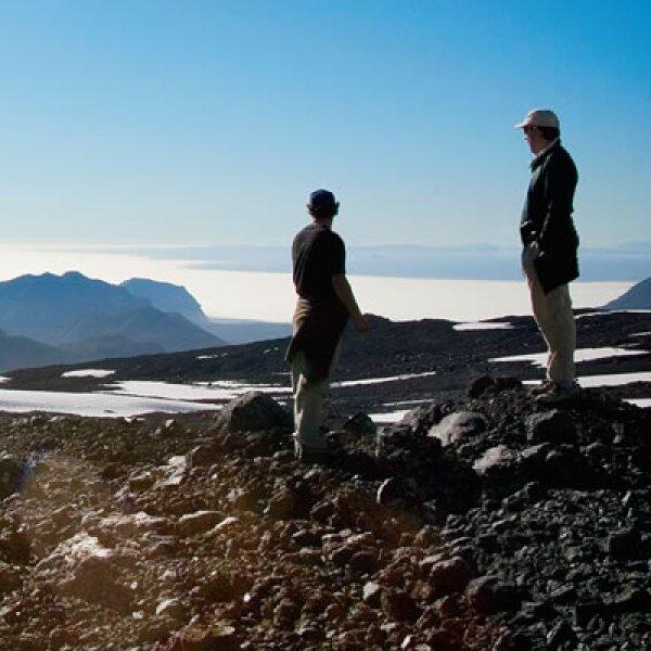 Un vuelo de menos de 15 minutos en helicóptero te deja en la cima de un volcán, donde te sorpenden con comida y vino sobre una llanura nevada.