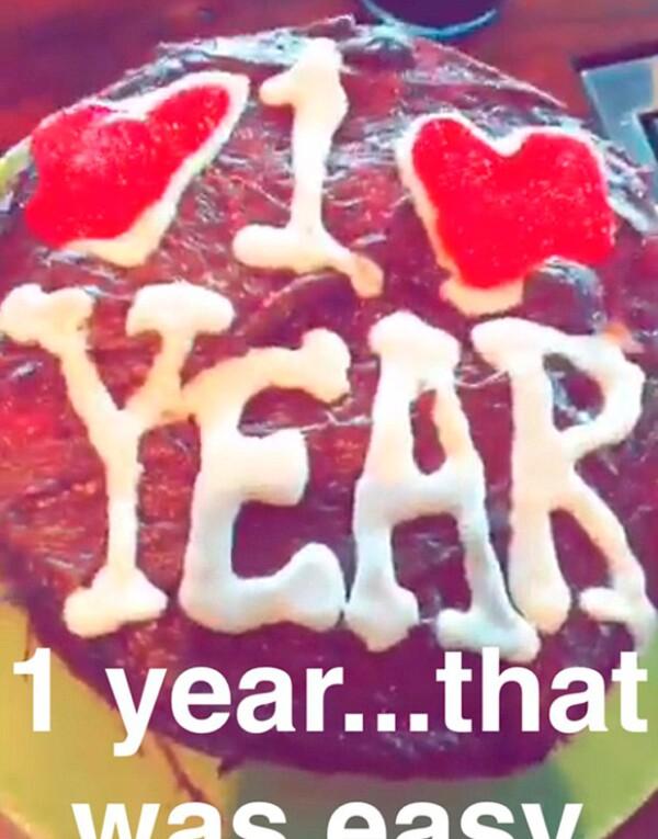 La pareja celebró su primer aniversario de novios cocinando un pastel juntos.