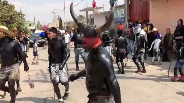 Xinacates bailan para calmar a 'Don Goyo', el antiguo volcán mexicano