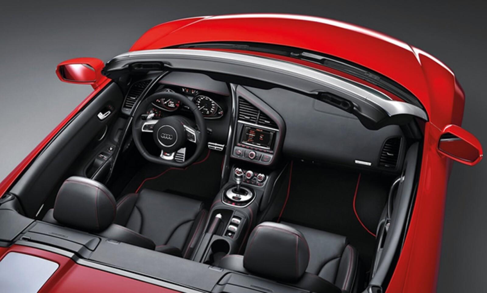 Entre los detalles de confort más relevantes figuran los sistemas de navegación plus y de sonido Bang & Olufsen, control de voz y el mecanismo de estacionamiento con cámara de reversa.