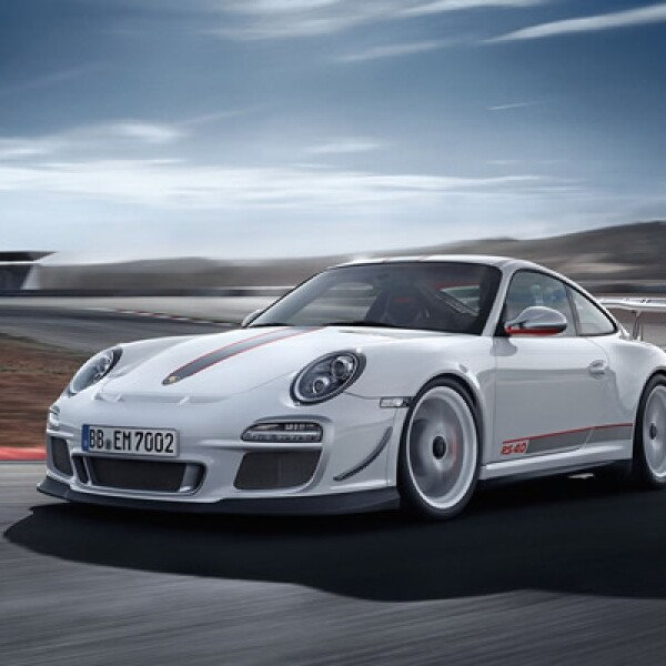 La automotriz alemana Porsche presentó la nueva versión de su modelo 911 GT3, una edición especial de 600 vehículos, modificada en la tecnología de su motor para proporcionar un mejor rendimiento.
