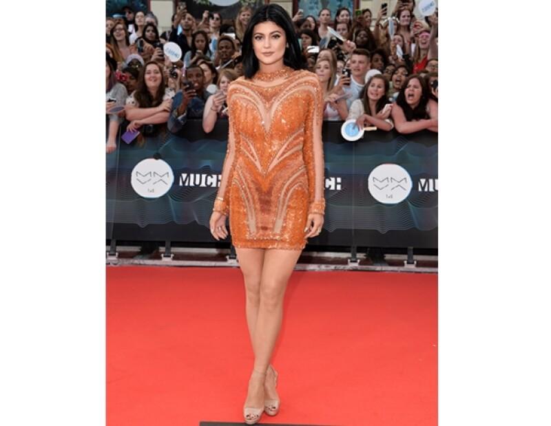 Kylie lució un vestido corto con transparencias, más sencillo que el de su hermana pero adecuado a su edad.