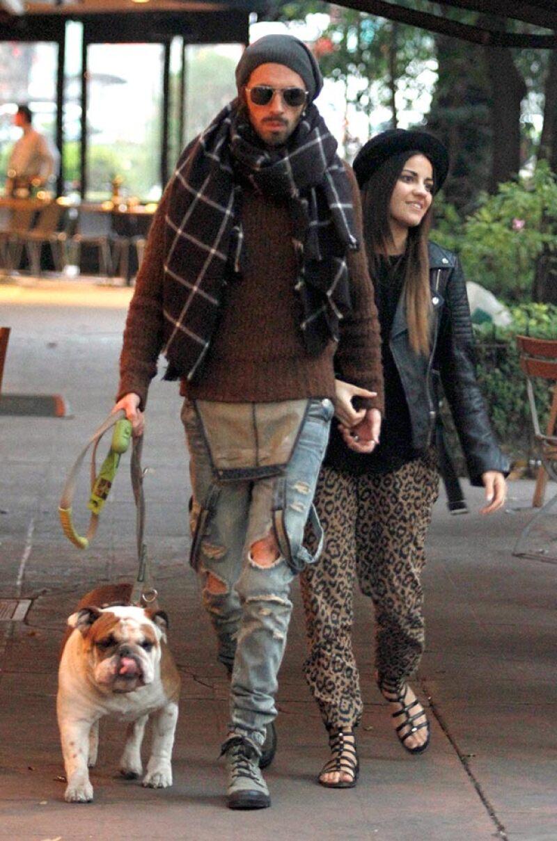 """La actriz de """"Antes muerta que Lichita"""" fue captada paseando muy sonriente junto a su novio Koko Stambuk por la Condesa."""