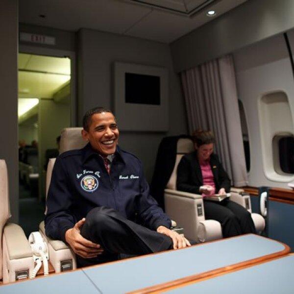 Obama durante su primer vuelo en el avión presidencia, Air Force 1, usando una chamarra con su nombre grabado.