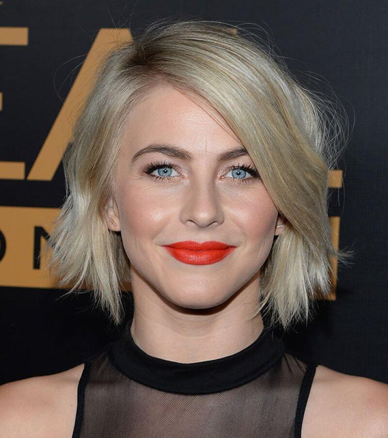 Julianne Hough también se atrevió a usar un tono bold para complementar su look en negro.