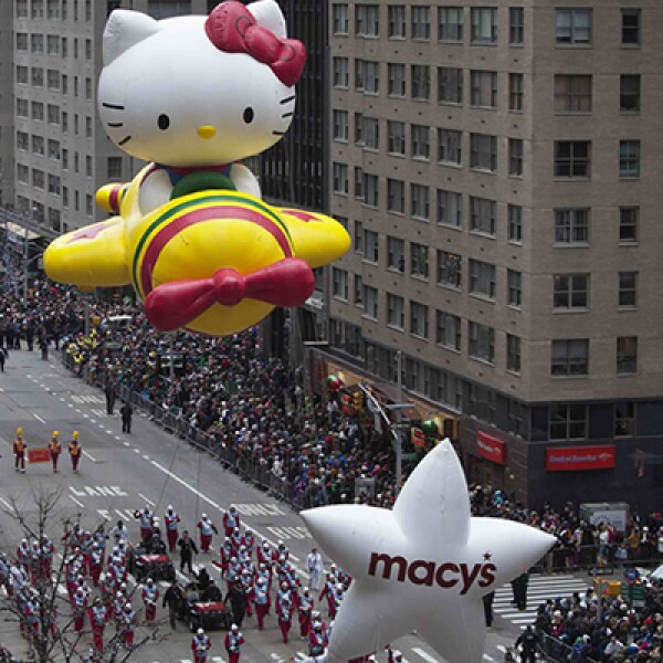 La transmisión del desfile por la cadena de televisión NBC alcanza a más de 50 millones de espectadores.