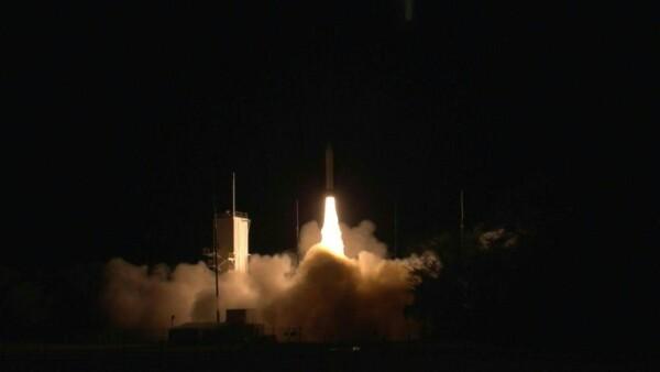 Mientras la lucha contra el coronavirus continúa, EU prueba un misil hipersónico.
