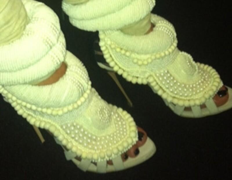 La socialité acudió a la Semana de la Moda en París para ver el desfile del cantante, quien le regaló unos costosos zapatos.