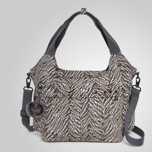 El animal print se mantiene como tendencia en algunas piezas y esta bolsa es un ejemplo de ello.