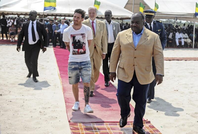Políticos de Gabón, nación en la costa occidental de África, criticaron al argentino por considerar su forma de vestir como irrespetuosa. ¿Pero qué fue lo que usó?