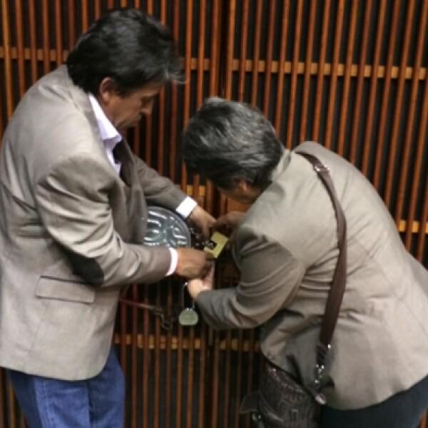 Legisladores del PRD, Movimiento Ciudadano y del Partido del Trabajo encadenaron puertas para evitar el acceso al salón de plenos.