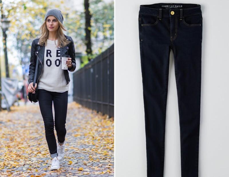 Para un look más casual, pero trendy, busca unos skinny jeans como los de American Eagel que mostramos en la foto.