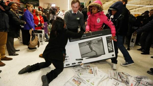 La policía recibió durante la madrugada varias llamadas de emergencia debido a que se registraron peleas en las tiendas. BBC reportó que en la cadena Tesco la policía arrestó a dos personas.