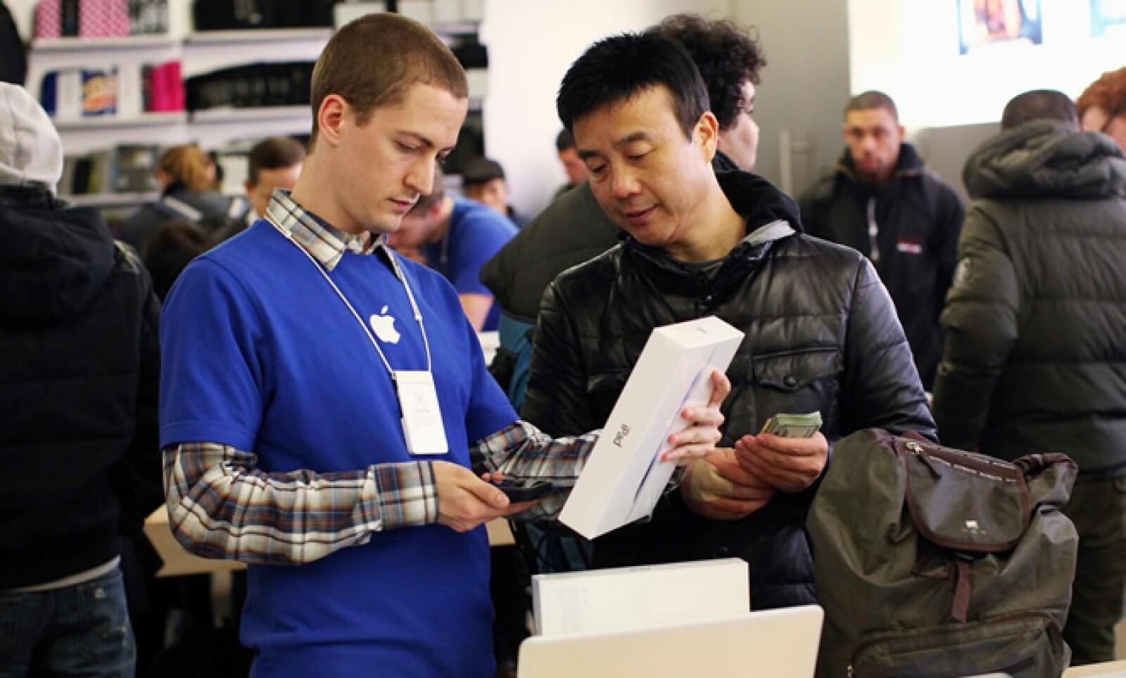 Un empleado de Apple verifica el precio final de la iPad, en la tienda oficial de la tecnológica en la Quinta Avenida de Nueva York.