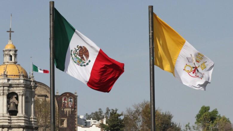 Afuera del recinto ondean las banderas de ambas naciones.