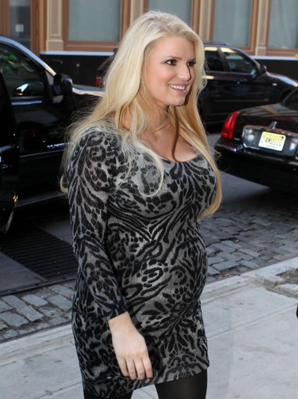 Un minivestido con medias opacas fue una opción sexy para pasar por Nueva York.