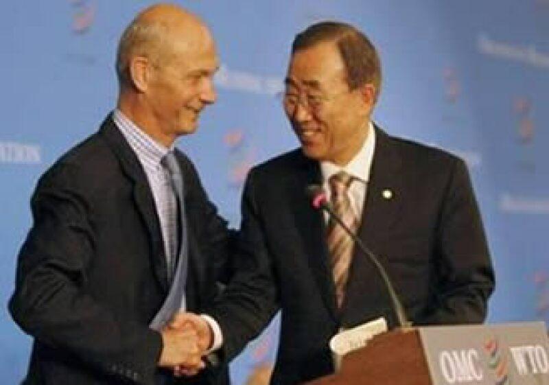 El director de la OMC, Pascal Lamy (izq), considera que la contracción de las economías aumentará el proteccionismo comercial. (Foto: Reuters)
