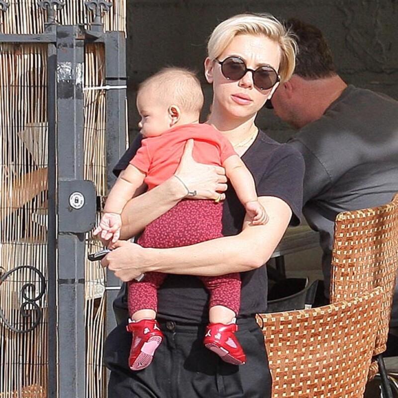 Scarlett tomó en brazos a su hija Rose mientras Romain, su ahora esposo se adelantaba para abrirle la puerta del coche.