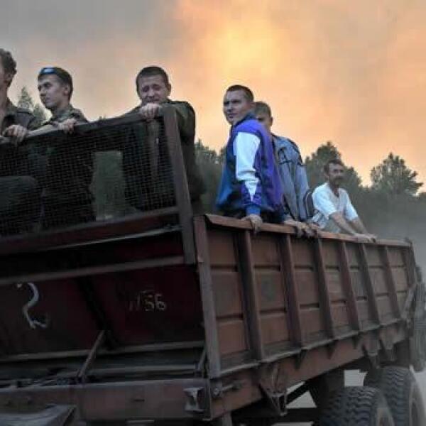 voluntarios se dirigen a apagar incendio