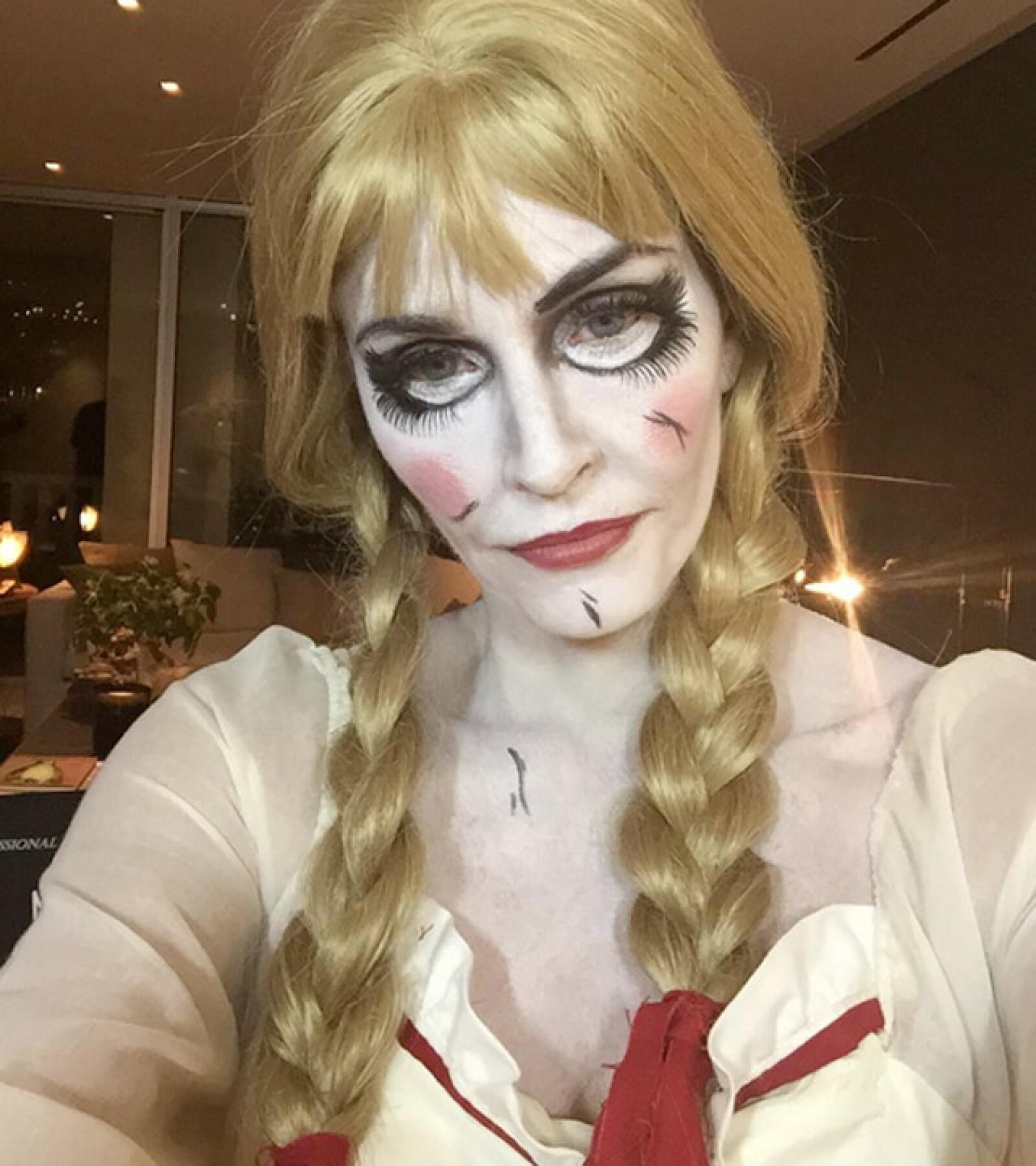 La protagonista de Friends eligió estar al día con su disfraz de la muñeca diabólica, Annabelle, cuyo maquillaje cumplió con el objetivo y deja a Cox irreconocible.