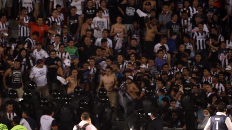Integrantes de una barra que apoya a Monterrey