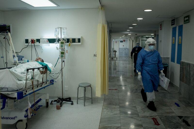 Médicos dan tratamiento de terapia intensiva a posibles casos de Covid-19