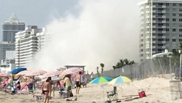 Un edificio en proceso de demolición colapsa en Miami Beach