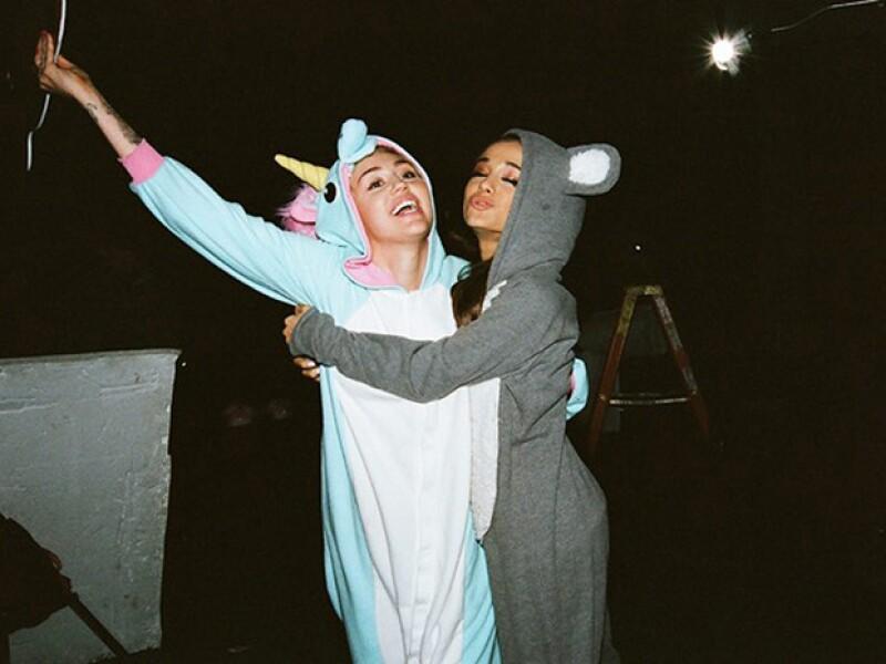 Las dos cantantes lucieron divertidas en pijamas de animales.