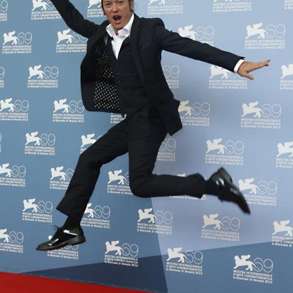 El actor Sousuke Takaoka posó feliz para las cámaras.