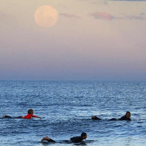 Surfistas super luna llena Australia