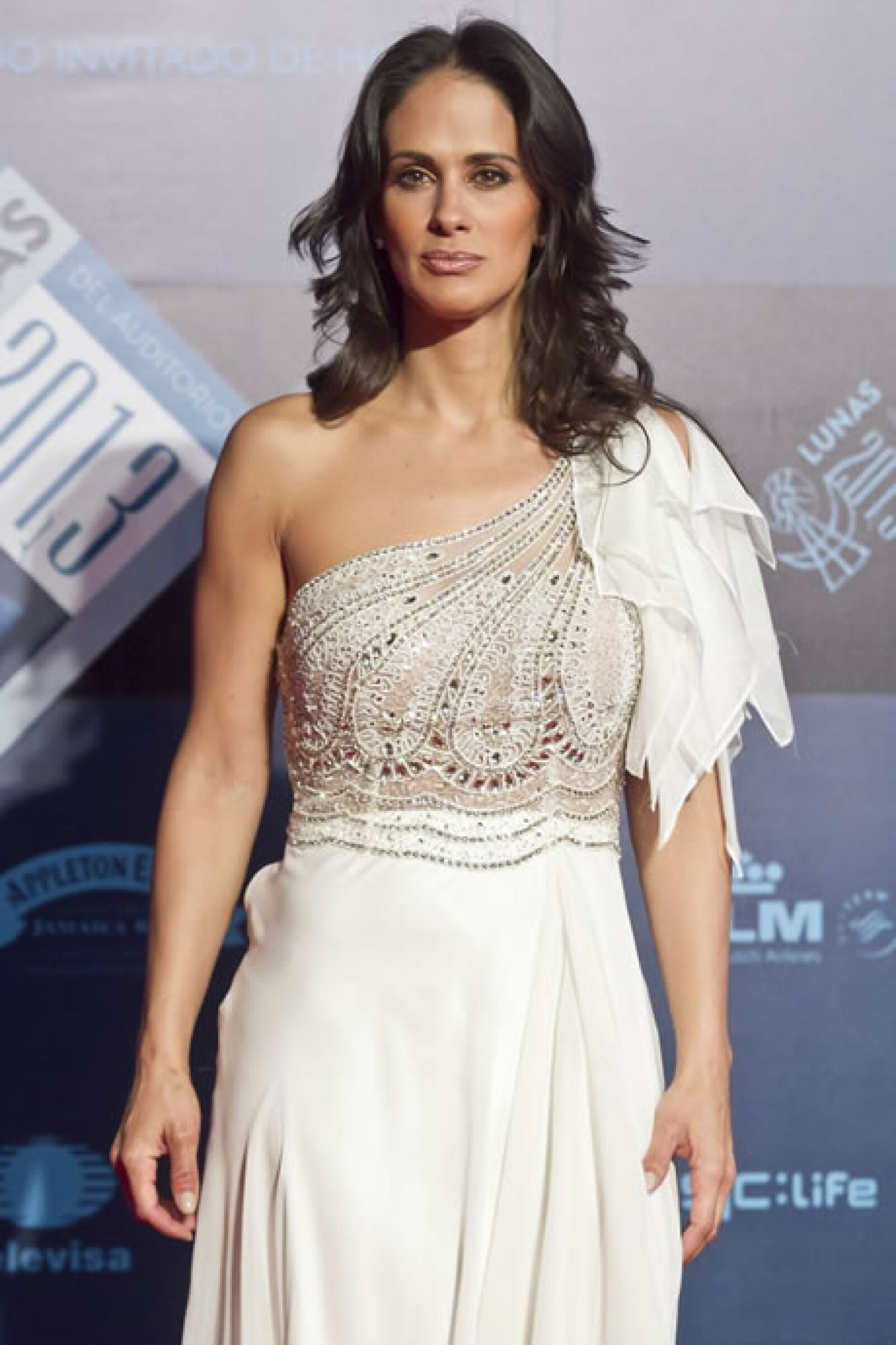 Ana La Salvia eligió para las Lunas del Auditorio un vestido asimétrico con aplicaciones y transparencia.