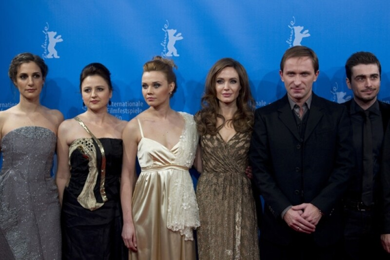 Jolie posó al lado del elenco de su película, en donde se narra una difícil historia de amor durante la guerra de Bosnia.