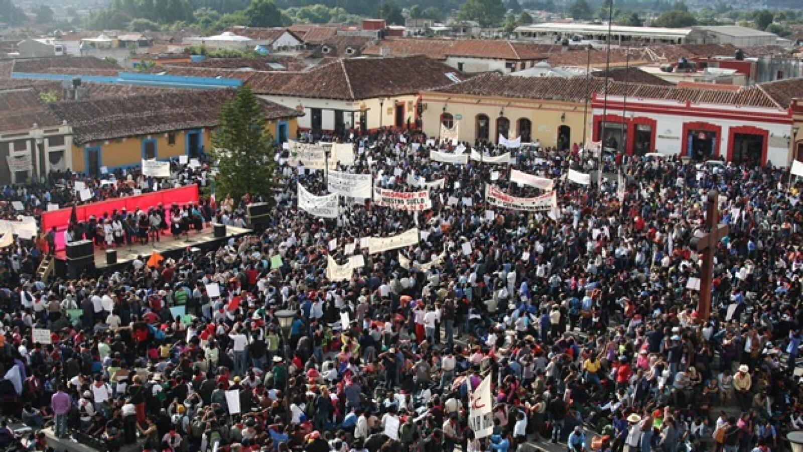 los integrantes del ezln se reunen en la plaza de la paz en la