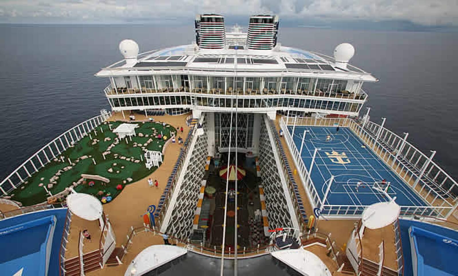 Al pasear por las aguas, a bordo del Oasis of the Seas podrás jugar tenis, basquetbol, nadar, surfear, hacer rappel y relajarte en el spa y gimnasio.