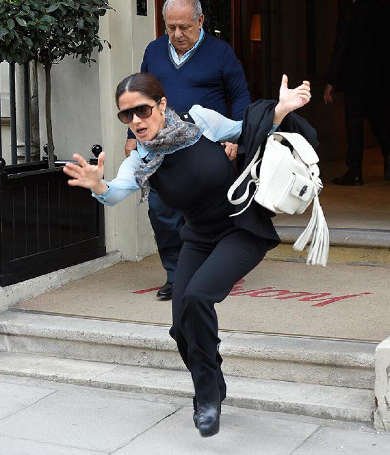 La mexicaca salía de una tienda de ropa en Londres cuando tropezó, sin embargo, supo sobreponerse y continuar su camino con porte.
